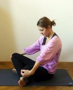 Hormonální jóga - cvik sedící kočka