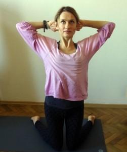 Hormonální jóga - cvik Mahasana – protažení hrudníku